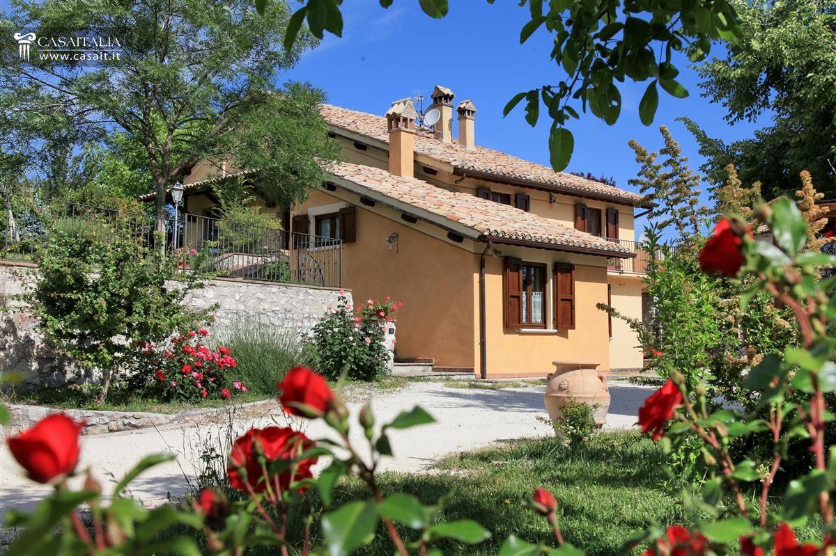 Villa con piscina in vendita a spoleto - Giardini per ville ...