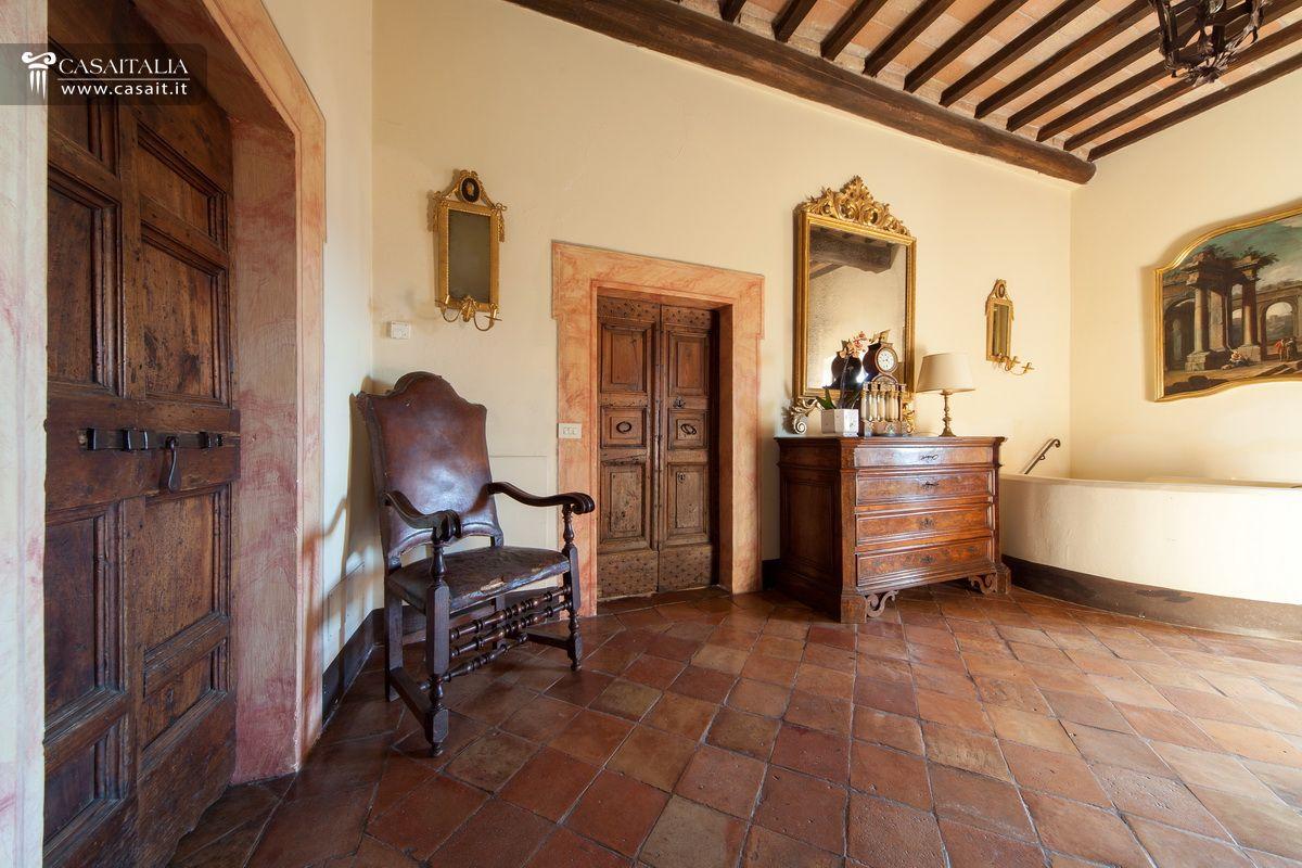 Castello in vendita a todi for Interni di casali ristrutturati