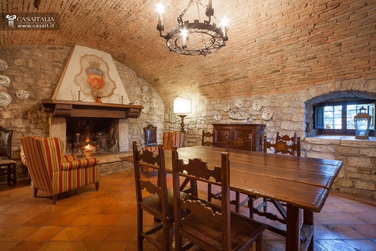 Castello In Vendita A Todi #79411D 1200 800 Arredamento Sala Da Pranzo Con Camino