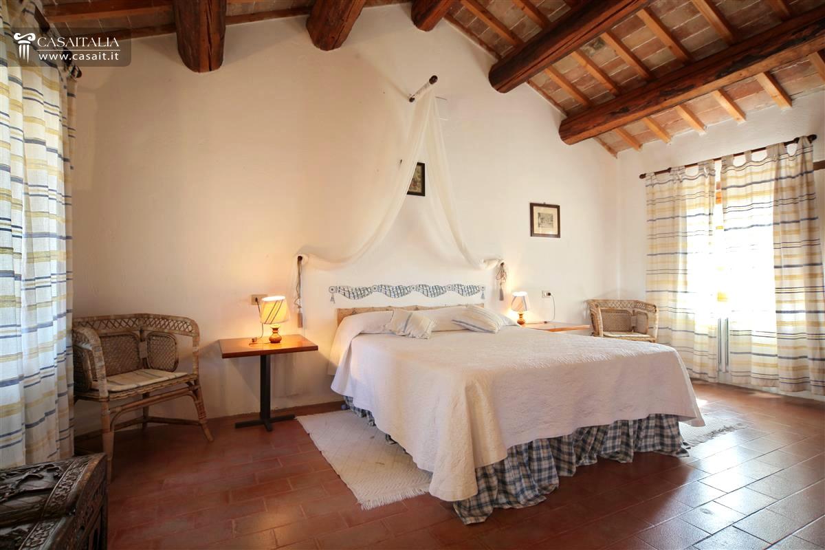 Antica villa nobile con parco in vendita a perugia for Camera da letto antica