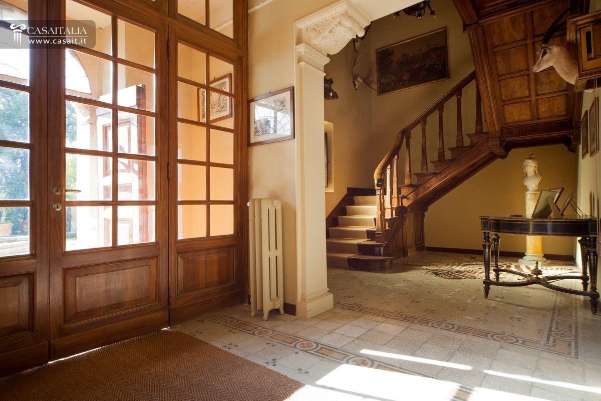 Antica villa nobile con parco in vendita a perugia for Interni ville antiche