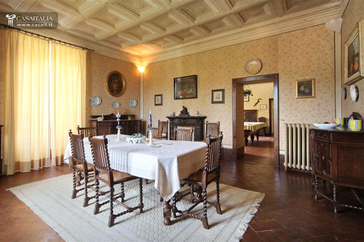 Antica villa nobile con parco in vendita a perugia for Sala pranzo