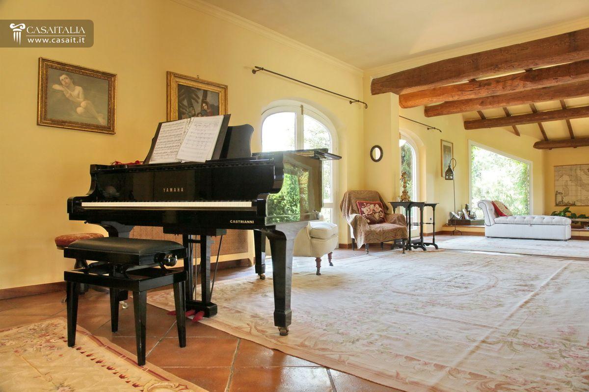 Roma olgiata vendita lussuosa villa con piscina for Generatore di piano casa