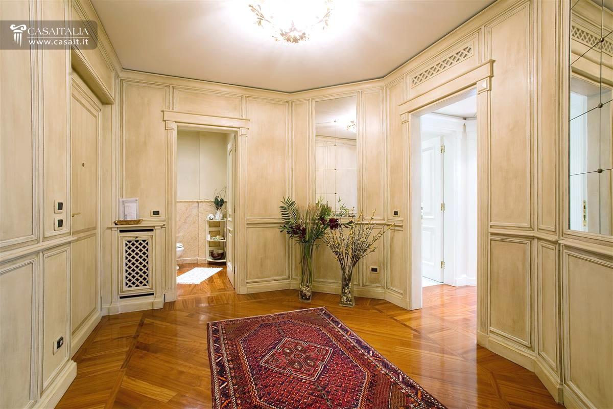 Milano vendita appartamento di lusso con terrazzo for Case in vendita centro storico milano