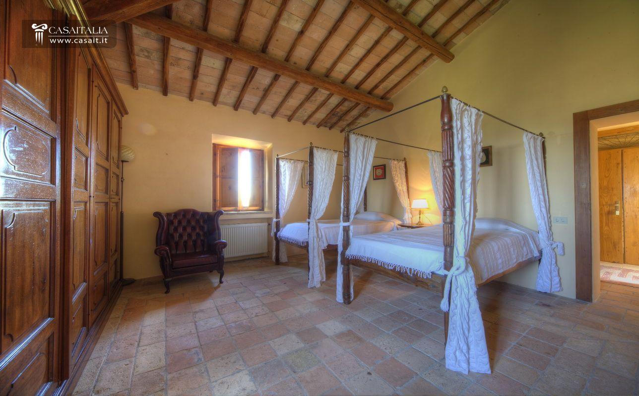 Umbria todi vendita castello con uliveto - Camera di letto usato ...