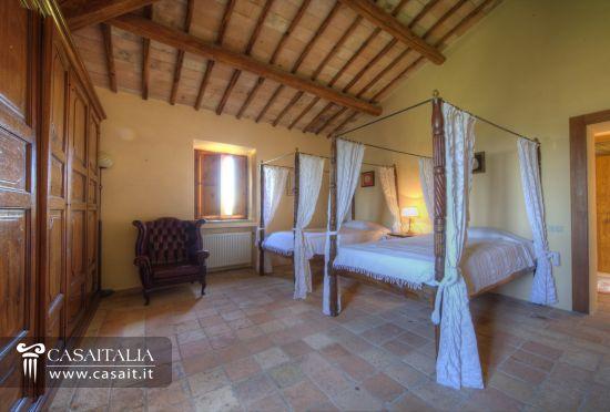 Castello in vendita in umbria for Camera da letto usata mantova