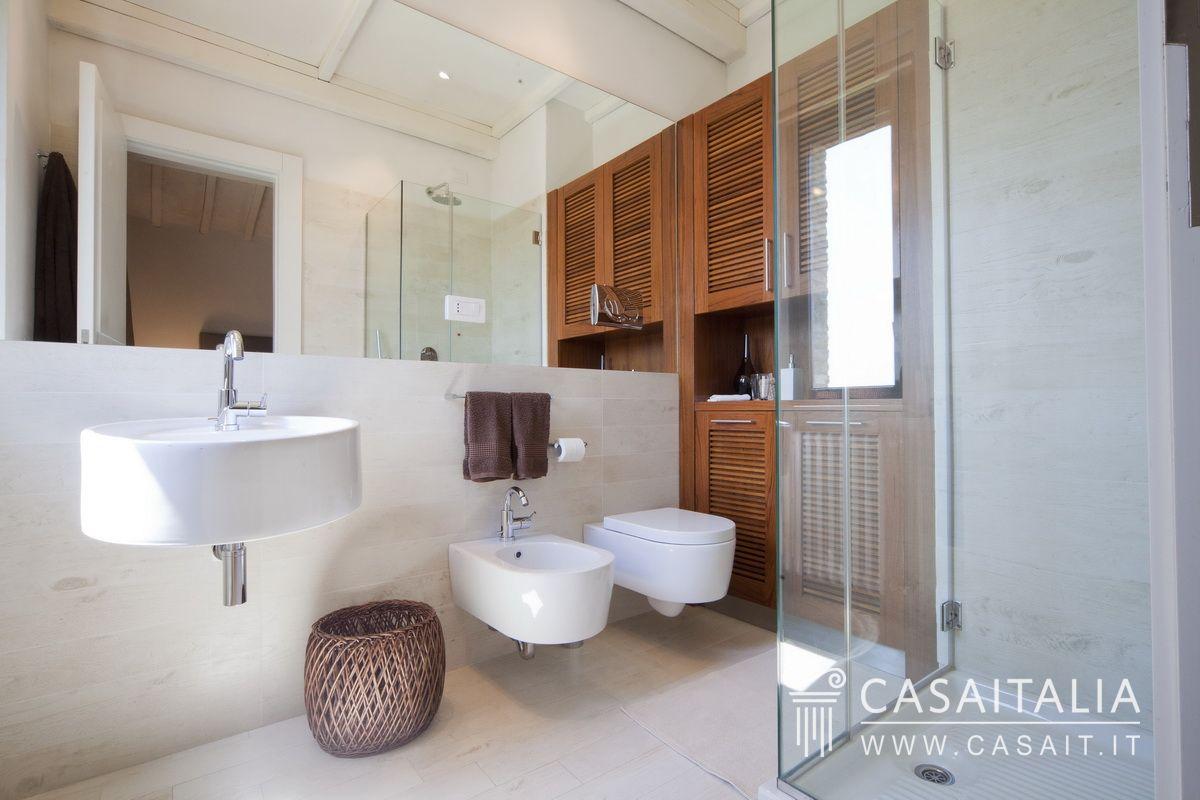 Casale in vendita a todi con piscina - Pavimenti interni moderni chiari ...