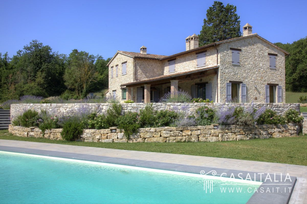 Casale in vendita a todi con piscina for Lusso home