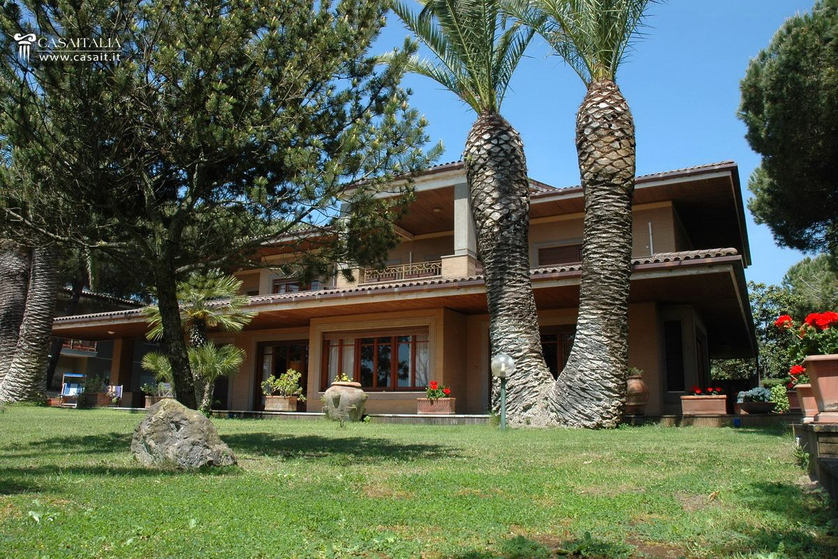 Lazio terracina vendita villa di lusso sul mare for Ville di lusso sul mare