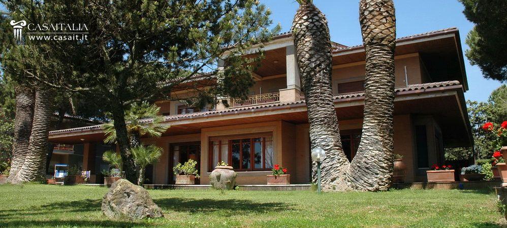 Lazio terracina vendita villa di lusso sul mare for Planimetrie sul lungomare