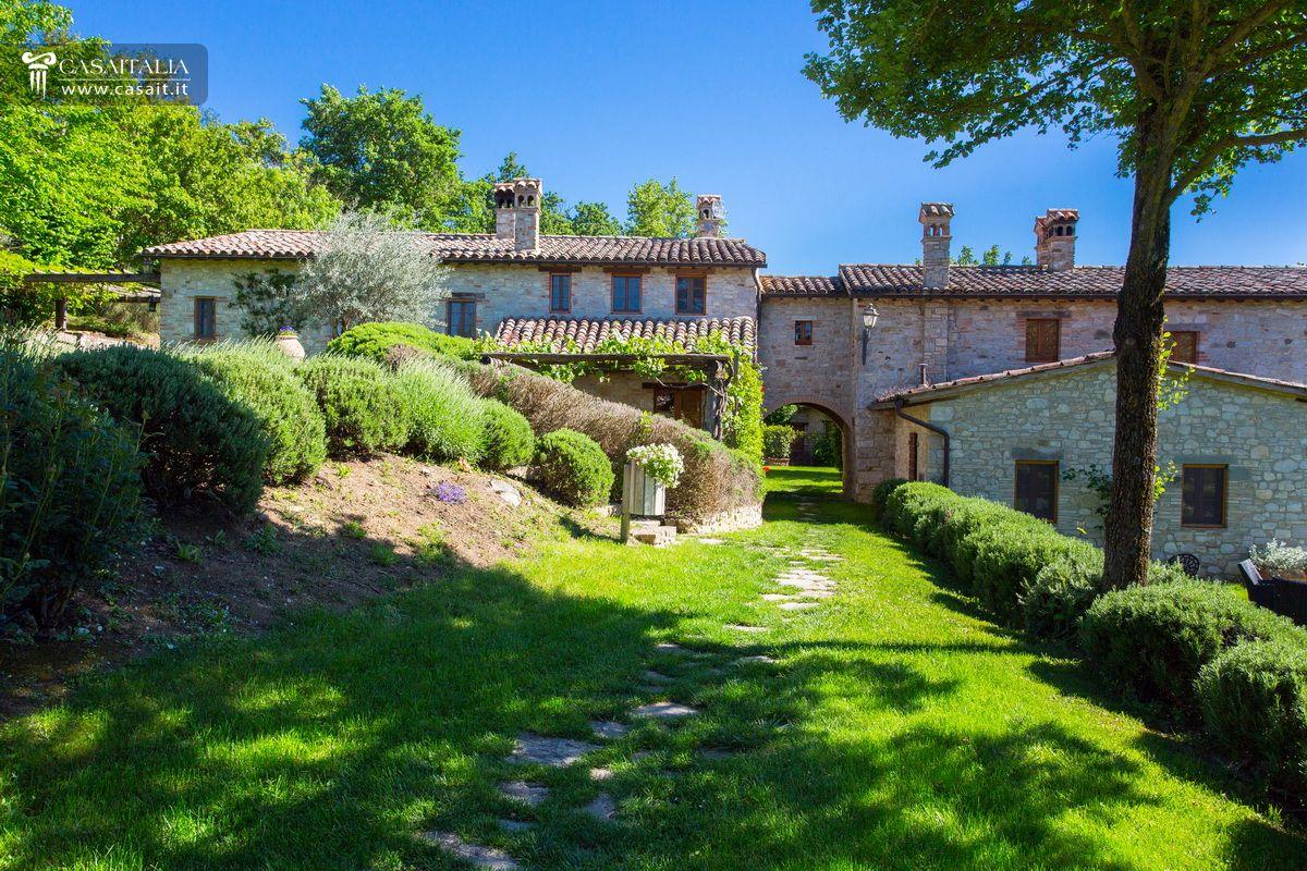 Todi vendita appartamento con giardino e piscina for Case gotiche vittoriane in vendita