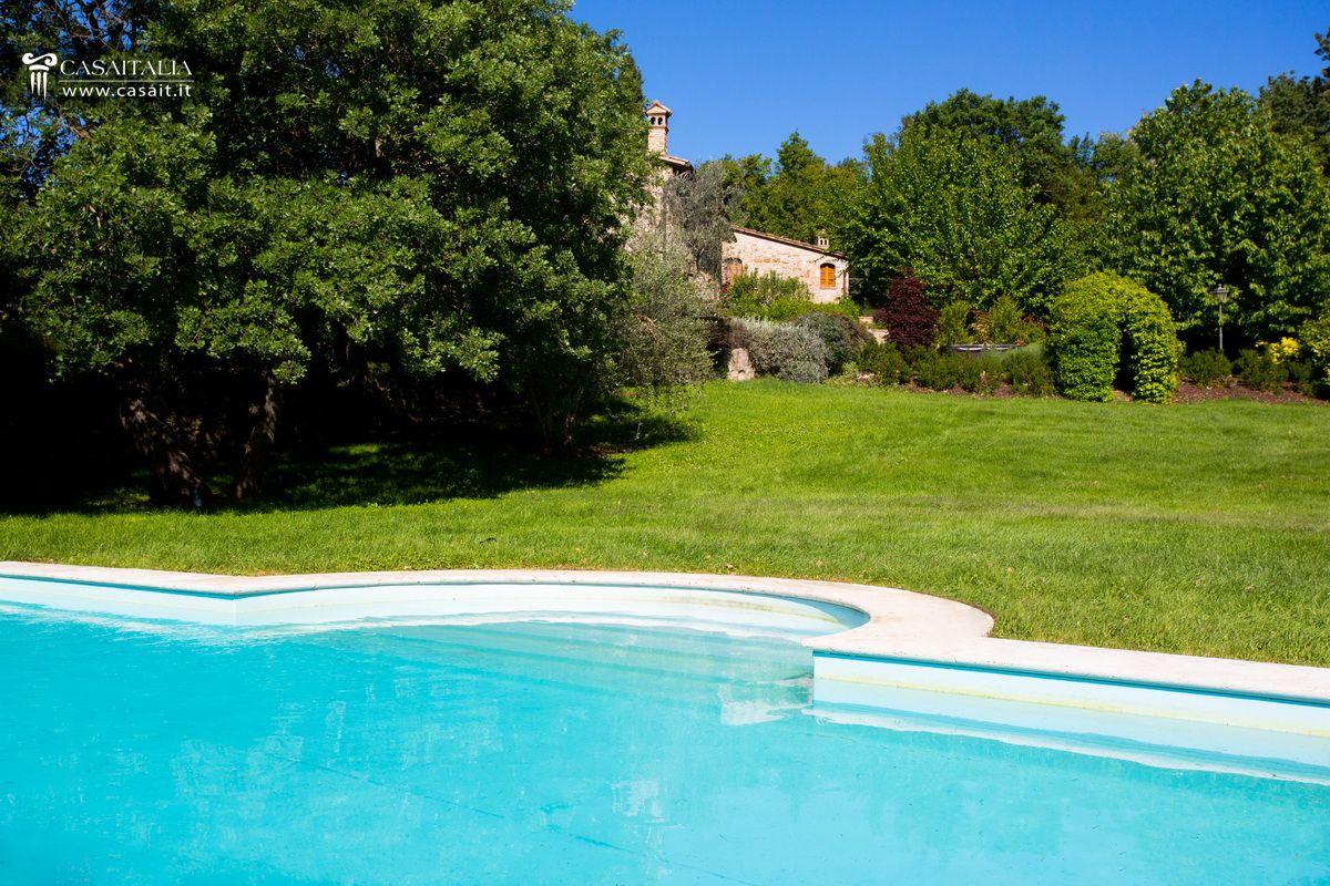 Todi vendita appartamento con giardino e piscina - Giardino con piscina ...