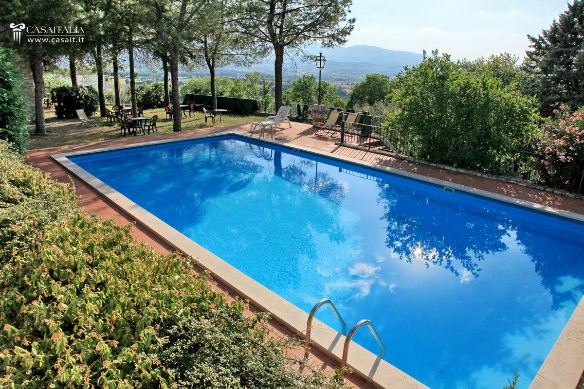 Umbria spoleto villa in vendita con ulivi for Villas con piscina