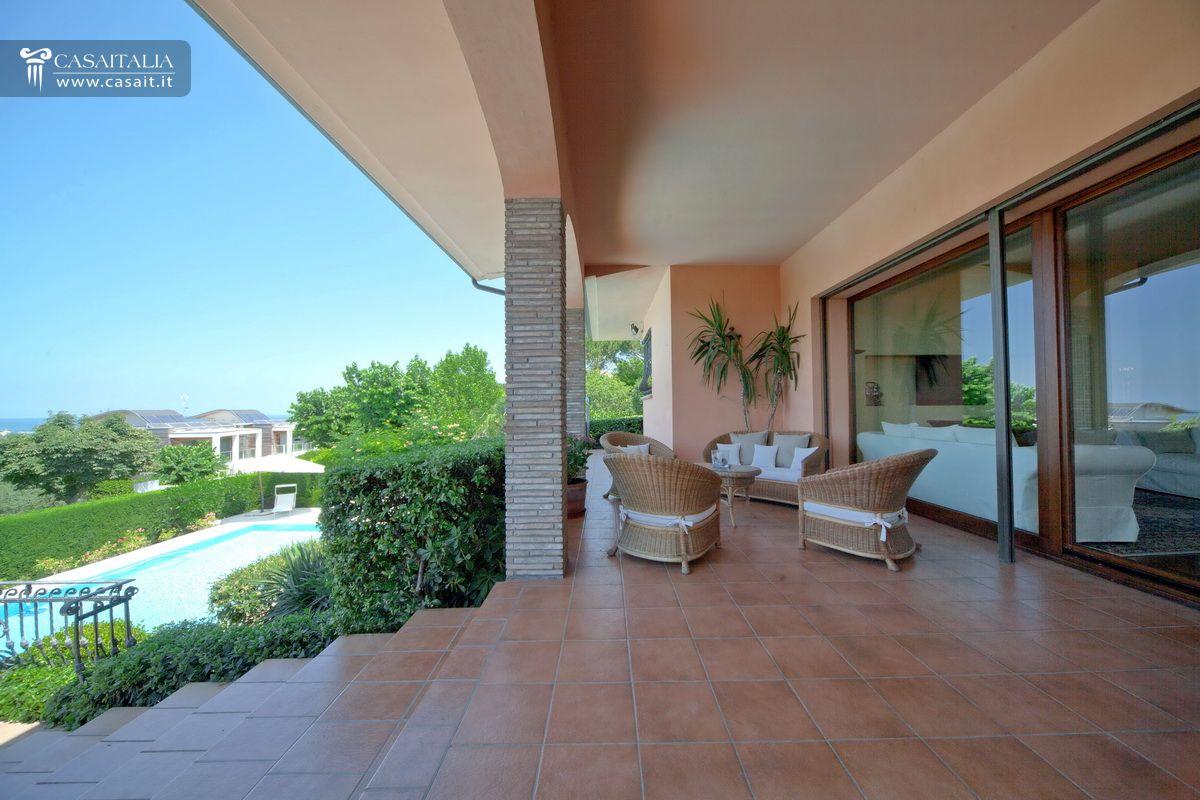 Ville e casali in vendita for Cabina con avvolgente portico