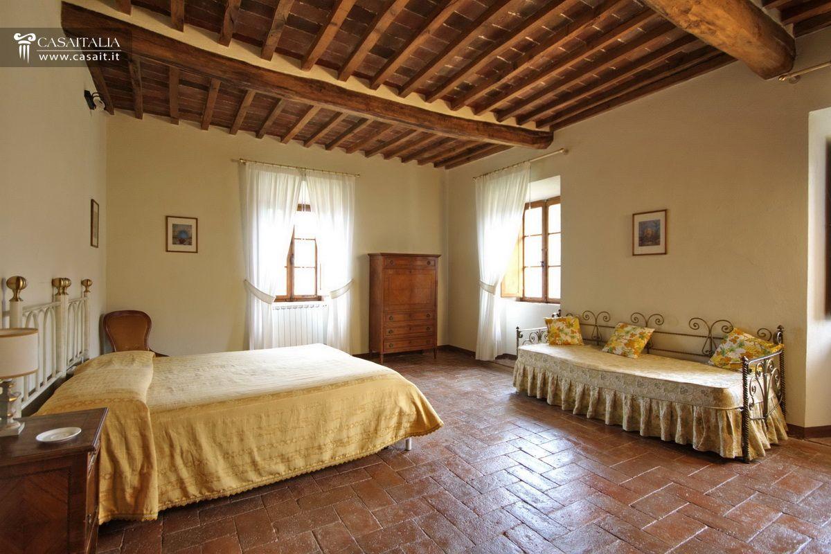 Tenuta con vigneto e uliveto in vendita in toscana - Camera da letto antica ...