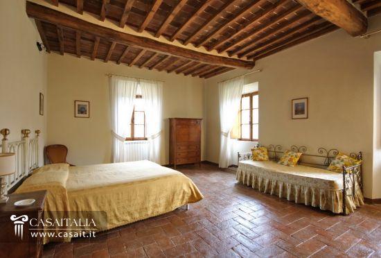 Tenuta con vigneto e uliveto in vendita in toscana for Camera da letto antica