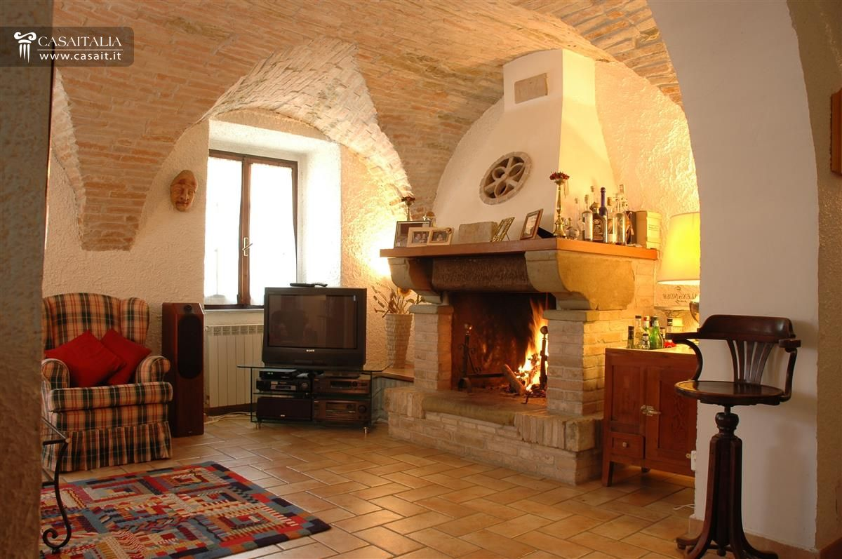Umbria villa in vendita ad assisi for Casa con un camino