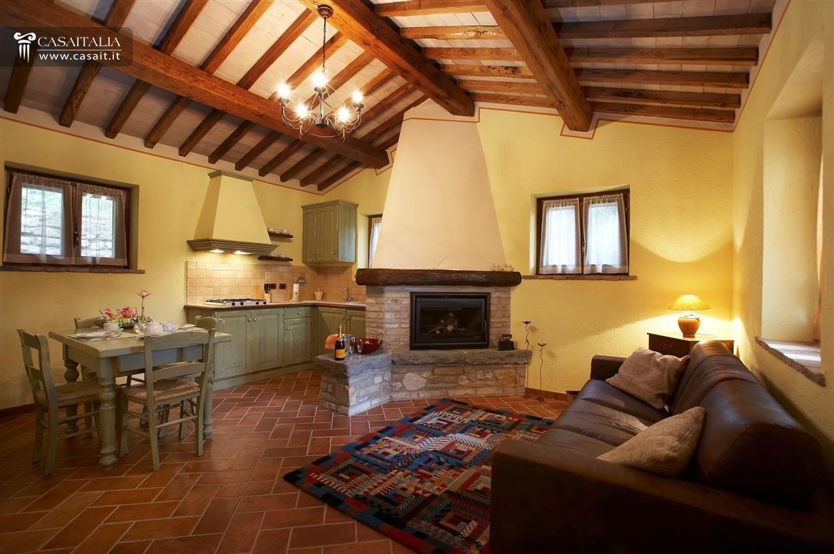 Umbria villa in vendita ad assisi for Arredare il soggiorno con camino ad angolo