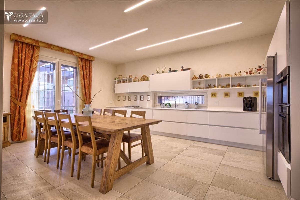 Abruzzo vendita villa di pregio sul mare - Cucina soggiorno 15 mq ...