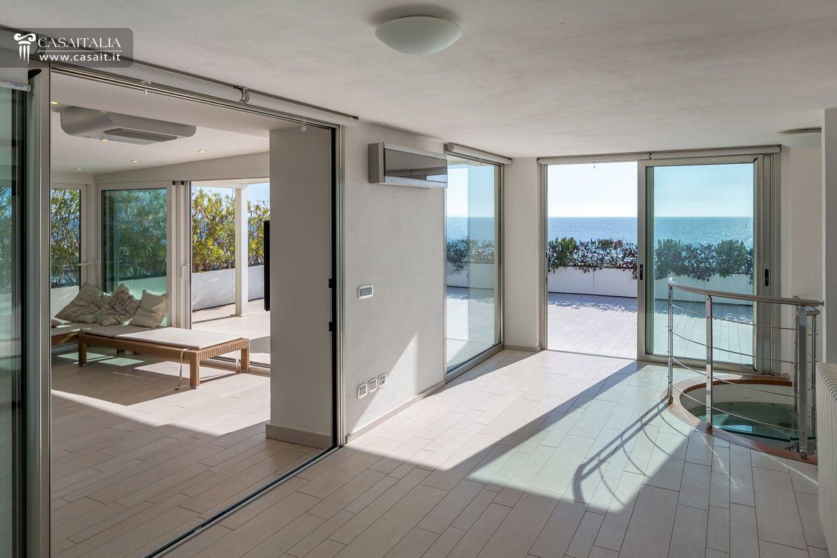 Lido di camaiore attico con superattico fronte mare for Appartamento sul garage