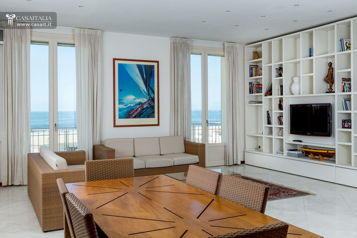 Lido di camaiore attico con superattico fronte mare for Appartamenti pescoluse sul mare