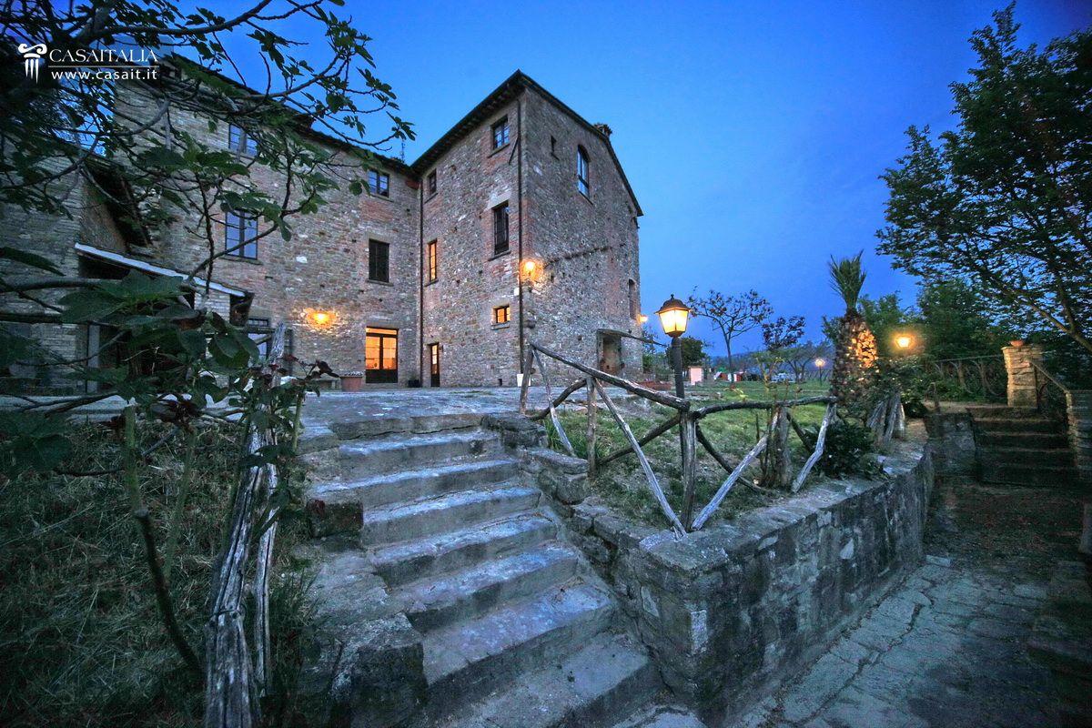 Matrimonio Rustico Umbria : Casale con piscina in vendita tra assisi e perugia