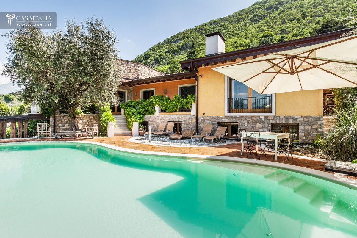 Ville sul mare e sui laghi in vendita - Villa con piscina milano ...