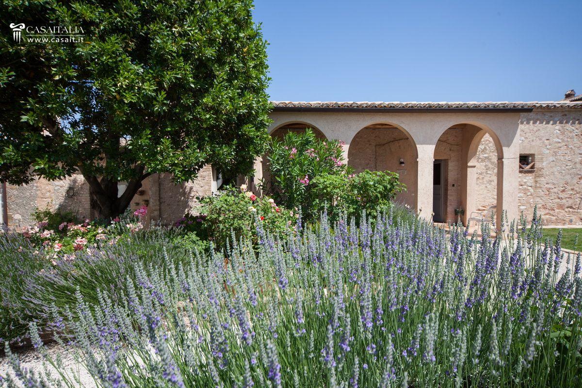Porzione di villa con giardino e dependance in vendita a trevi for Giardino fiorito