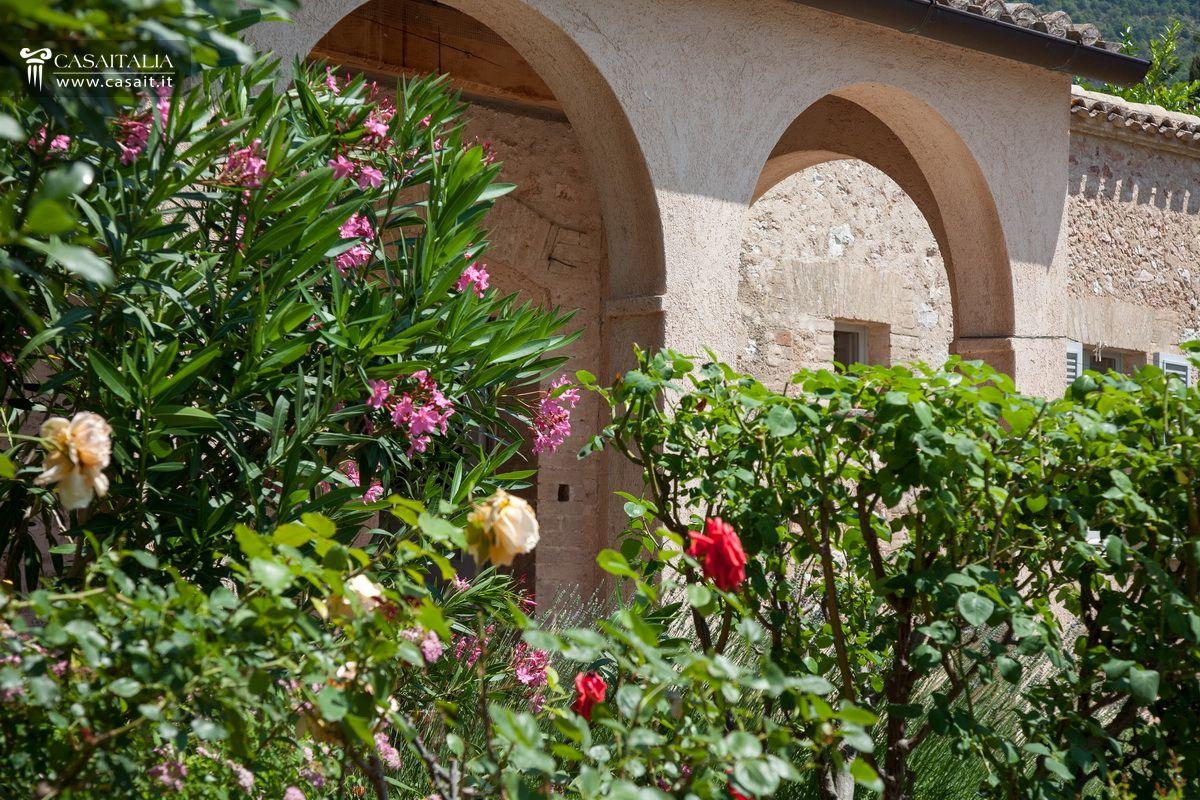 Porzione di villa con giardino e dependance in vendita a trevi - Siepi da giardino fiorite ...