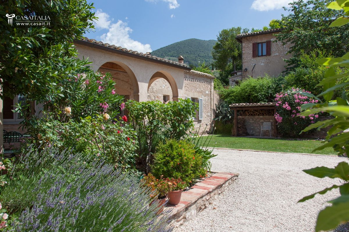 Porzione di villa con giardino e dependance in vendita a trevi for Foto case con giardino