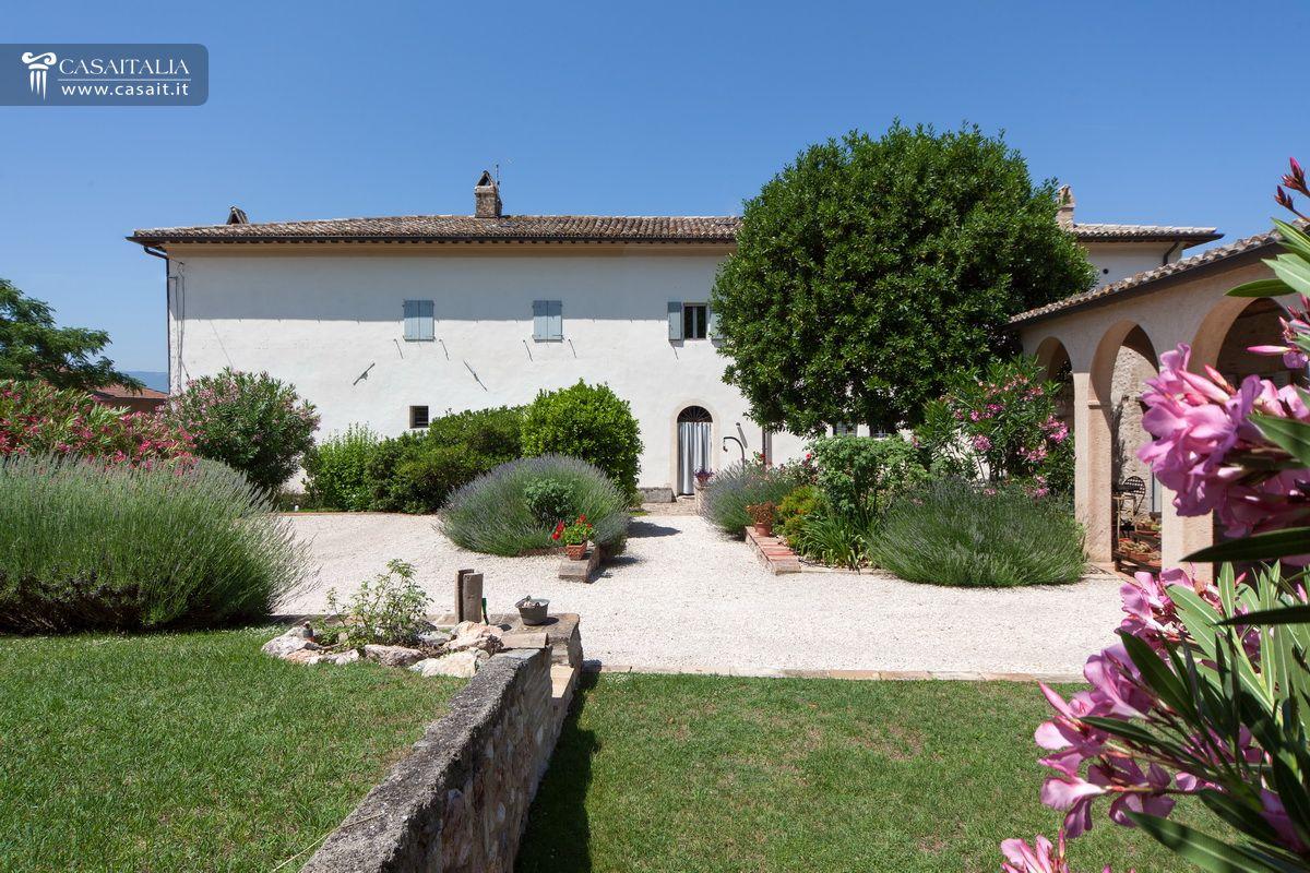 Porzione di villa con giardino e dependance in vendita a trevi - Foto ville con giardino ...
