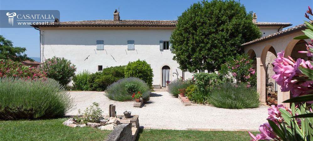 Porzione di villa con giardino e dependance in vendita a trevi for Vendita laghetti per giardino