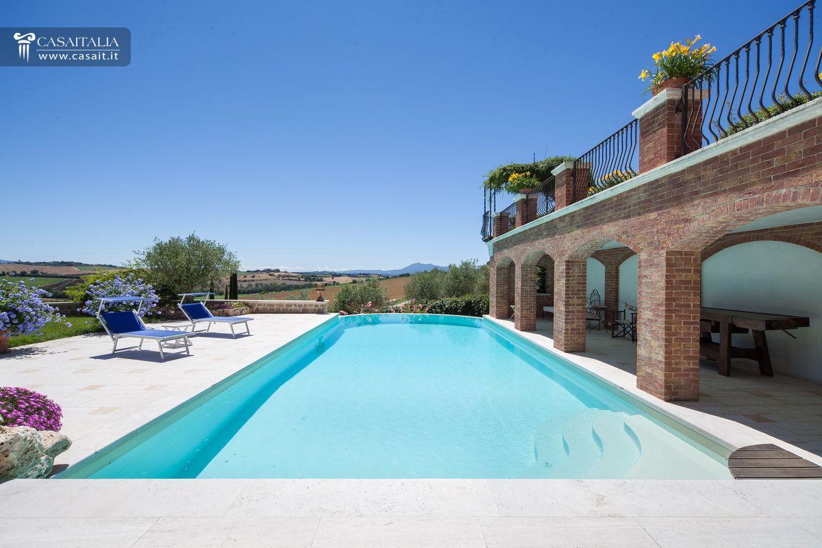Villa in vendita in nuda propriet tra umbria e toscana for Piani del cortile con piscine