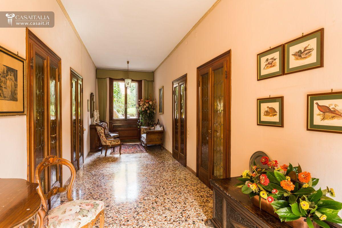 Villa d 39 epoca con parco in vendita a marostica for Ville antiche interni