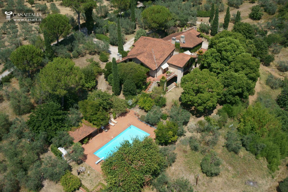 Casa Con Giardino Terni : Villa con piscina vigneto e uliveto in vendita a km da