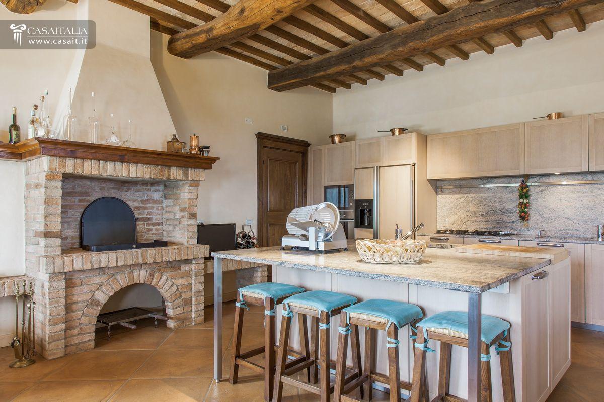 Casale tipico con uliveto in vendita a todi - Camino per cucinare ...
