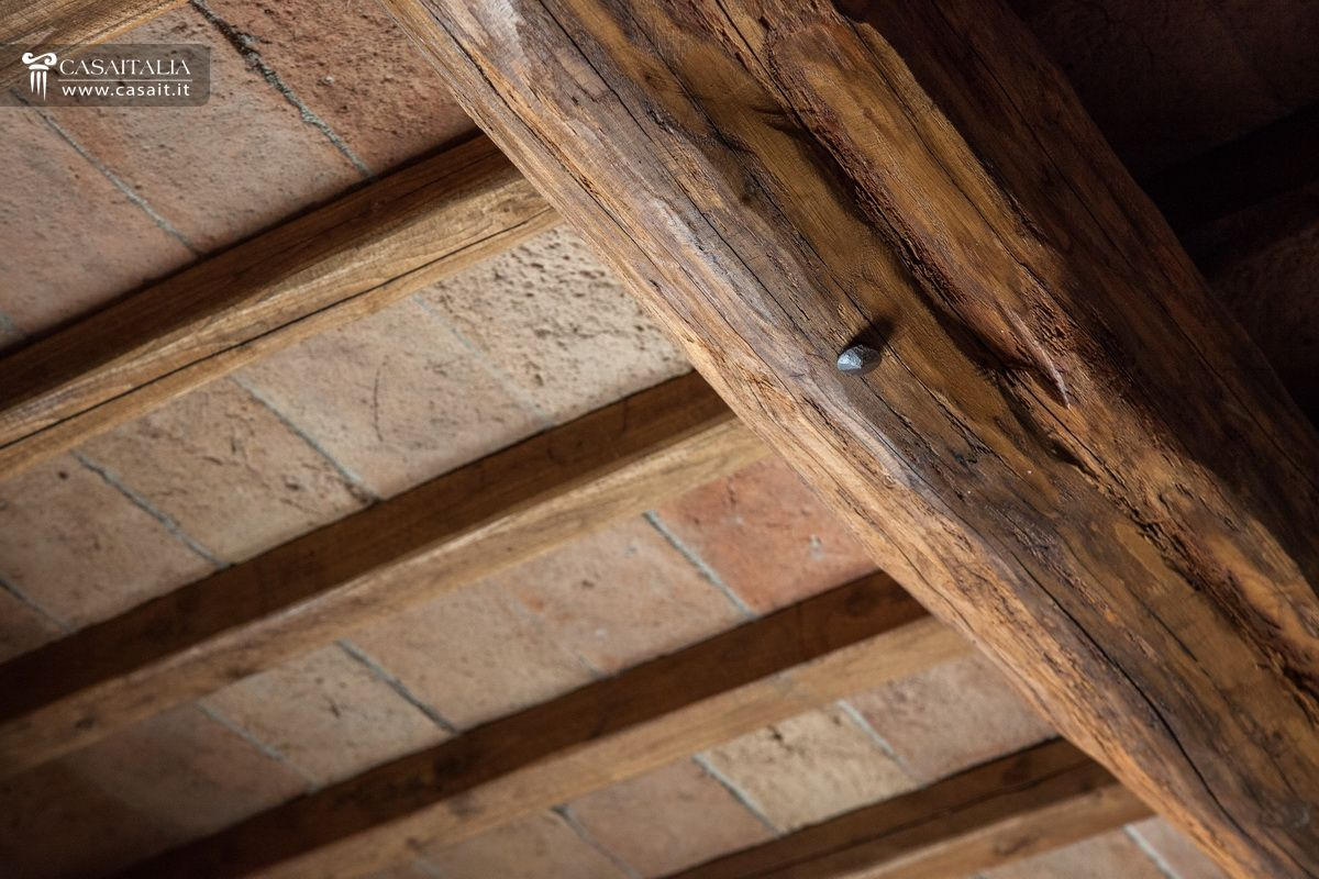 Lampadario soffitto travi casamia idea di immagine for Soffitto travi a vista bianco