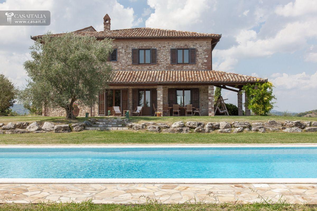 Casale tipico con uliveto in vendita a todi - Foto ville con giardino ...