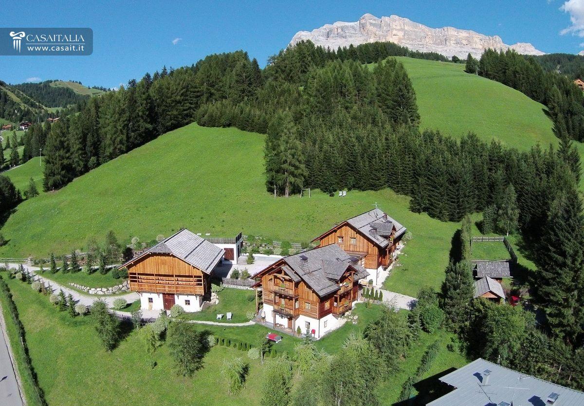Chalet tipico con un ettaro di terreno in vendita in val badia for Arredamento trentino alto adige