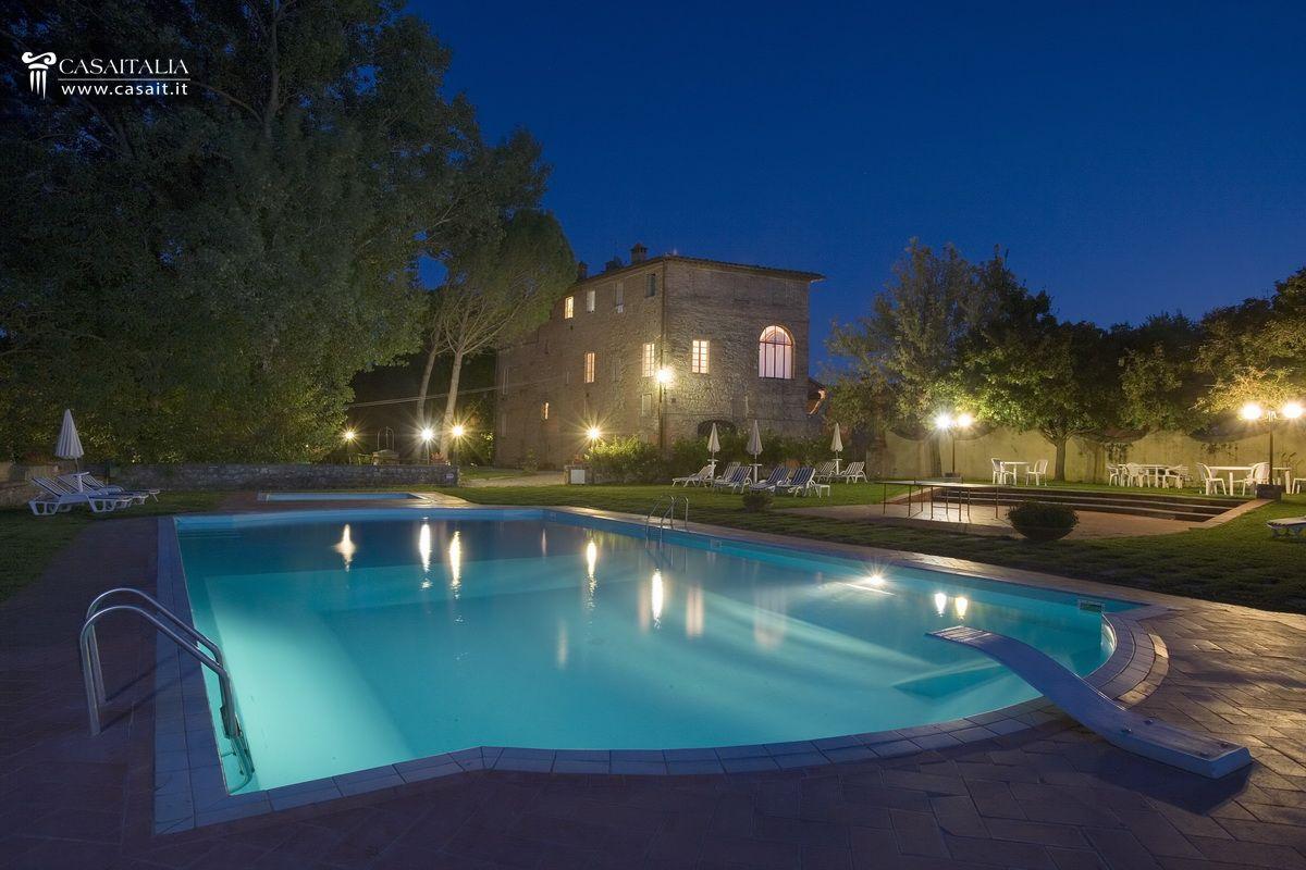 Villa storica con 6 ha di terreno in vendita a siena for Hotel luxury for sale