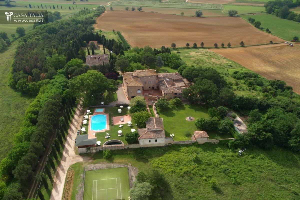 Villa storica con 6 ha di terreno in vendita a siena for Planimetrie della villa toscana