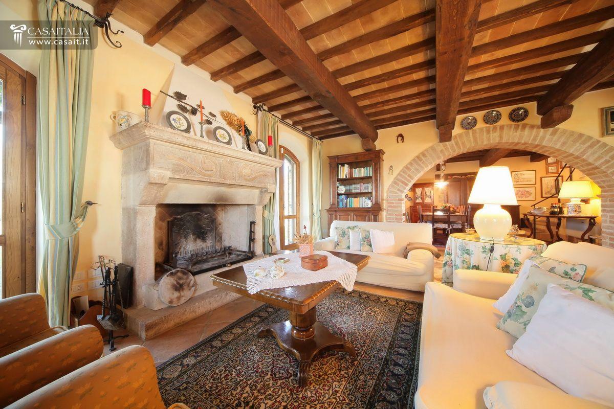 Tenuta con 3 casali piscine e uliveto in vendita in umbria for Soggiorno camino