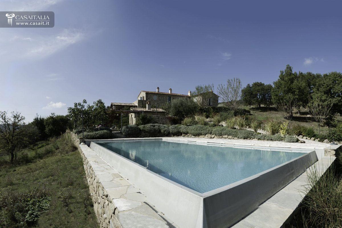 Casale con piscina in vendita in val niccone for Case california in vendita con piscina