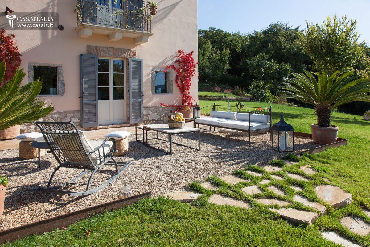 Umbria todi vendita ville e casali di pregio for Piscina in giardino