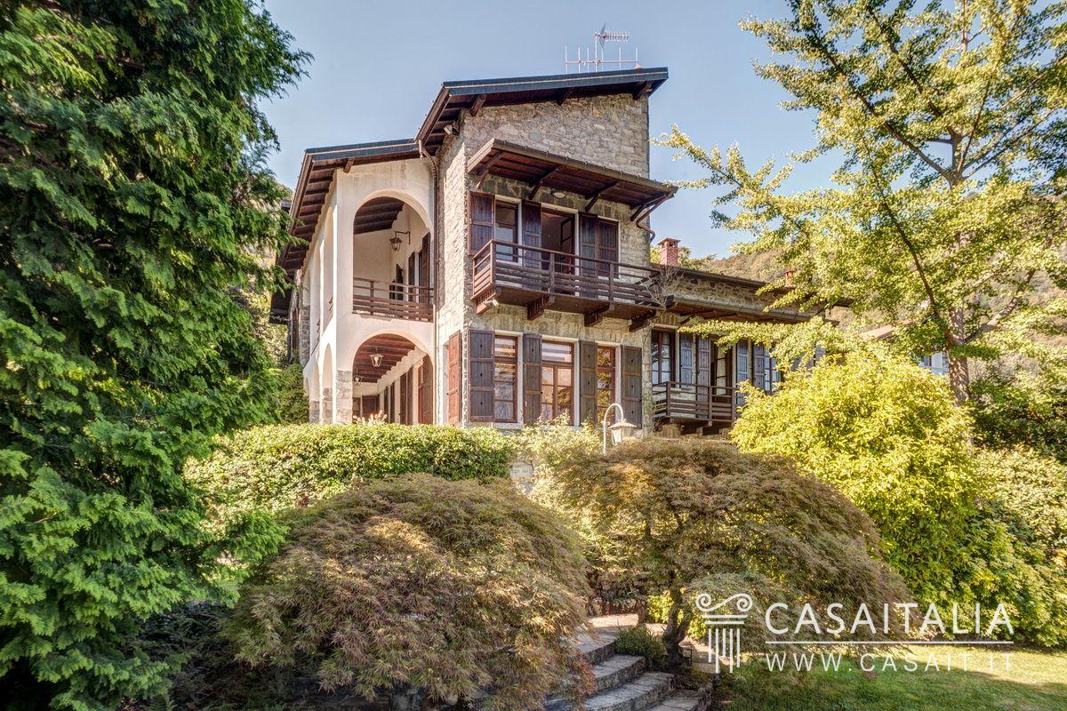 Villa con darsena sul lago di como for Case con grandi cucine in vendita