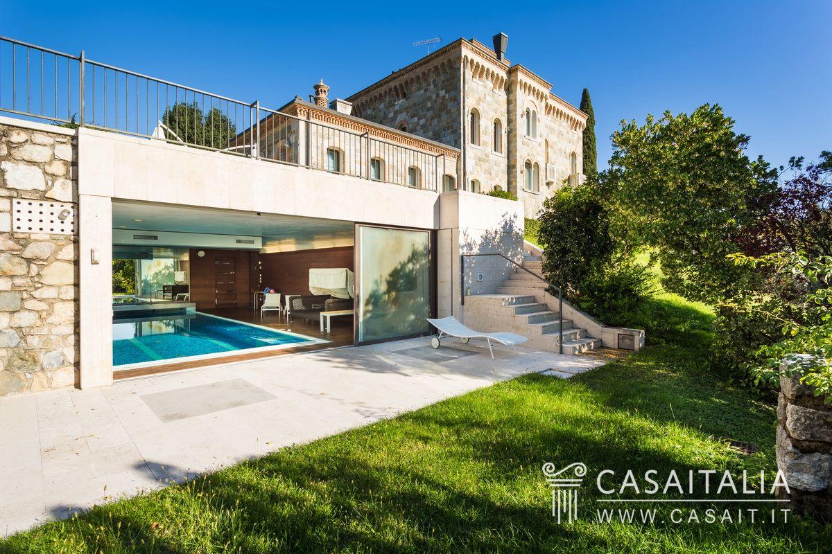 Villa con dependance in vendita tra le colline di conegliano for Piani di casa in collina con garage sottostante