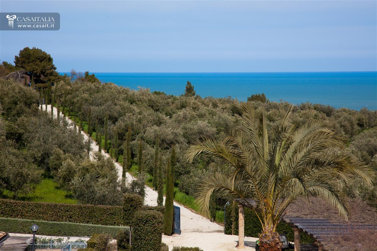Villa di lusso sul mare in vendita nelle marche for Ville di lusso sul mare