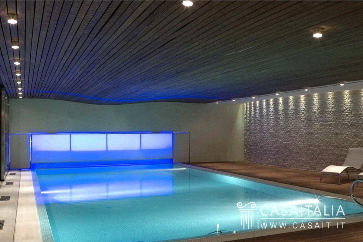 Villa con piscina coperta casamia idea di immagine for Piani lussuosi con piscina coperta
