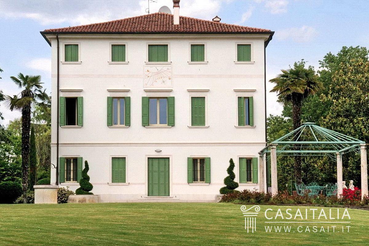 Villa Con Parco E Piscina In Vendita A Treviso