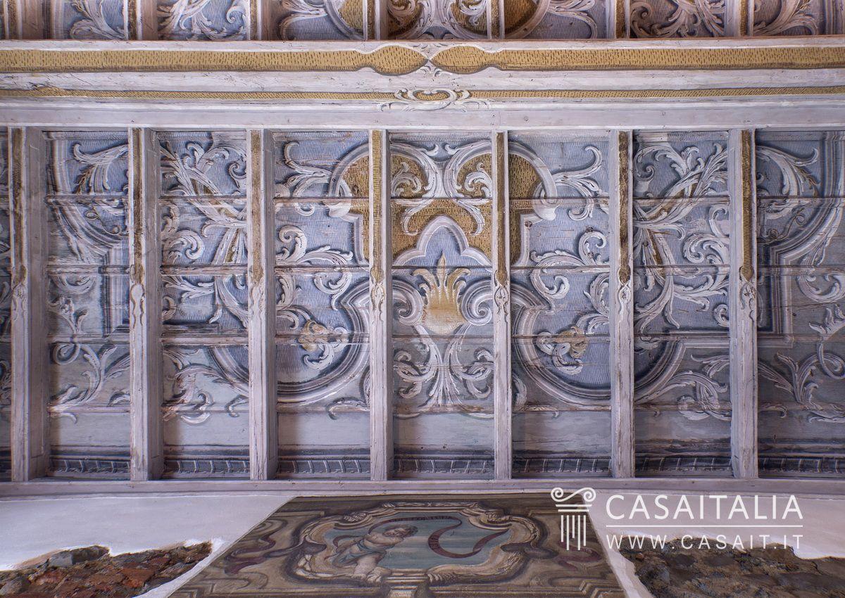 Appartamento in villa d 39 epoca - Soffitti decorati ...